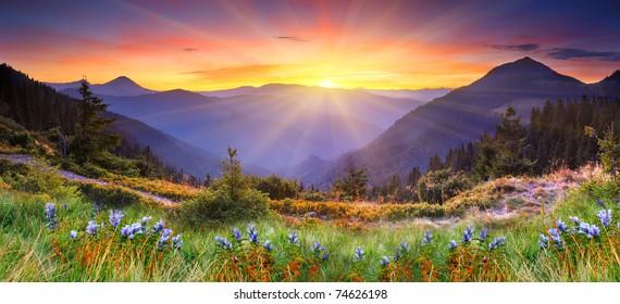 山の風景の中の雄大な夕日。HDR画像