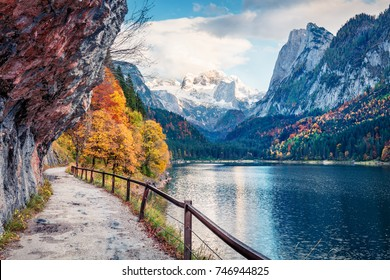 Friedliche Herbstszene des Vorderer Sees (Gosausee) mit Dachstein-Gletscherhintergrund. Malerische Morgenansicht der österreichischen Alpen, Oberösterreich, Europa. Hintergrund des Reisekonzepts.