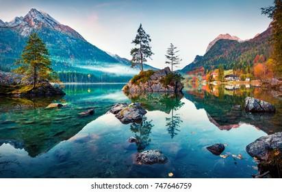 Hermosa escena de otoño del lago Hintersee. Opinión colorida de la mañana de las montañas bávaras en la frontera austríaca, Alemania, Europa. Belleza del fondo del concepto de naturaleza.