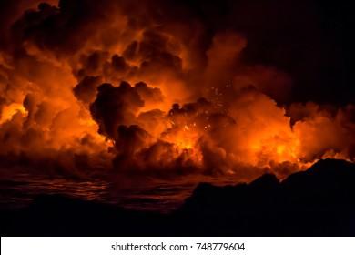 日の出中のハワイ島の火山からの活発な溶岩流と爆発