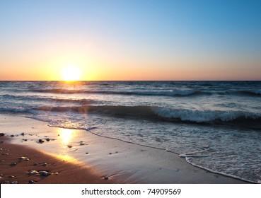 明るい日没の海岸。自然の構成