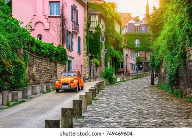 Vista de la calle vieja en el barrio de Montmartre en París, Francia. Acogedor paisaje urbano de París. Arquitectura y monumentos de París.