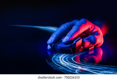 Ratón de juego inalámbrico profesional sobre fondo oscuro con luz tecno como línea de movimiento del mouse