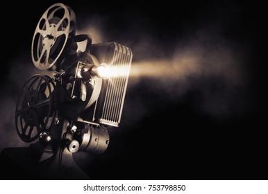 光ビーム/高コントラスト画像で暗い背景に映写機