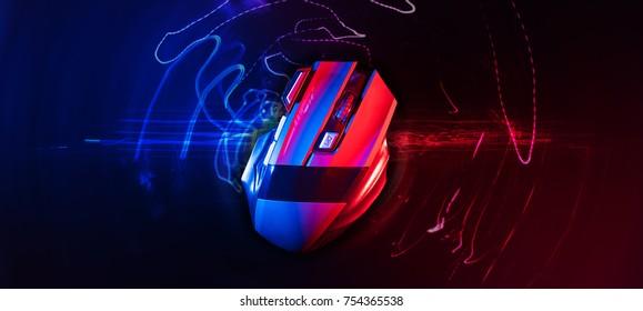 Draufsicht der professionellen kabellosen Spielmaus mit rotem und blauem Hintergrund von hitech; hoher Kontrast