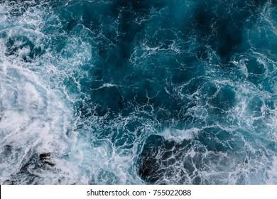 海の波の空撮。青い水の背景