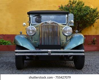Viejo coche americano sobre el pavimento de adoquines de la fortaleza en la ciudad de Funchal, Madeira.