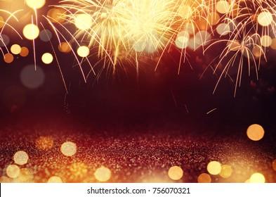 Rot und Gold Vintage Feuerwerk und Bokeh am Silvesterabend und Kopierraum. Abstrakter Hintergrundurlaub.
