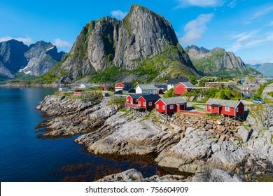Lofoten Sommerlandschaft Die Lofoten sind ein Archipel in der norwegischen Grafschaft Nordland. Ist bekannt für eine unverwechselbare Landschaft mit dramatischen Bergen und Gipfeln