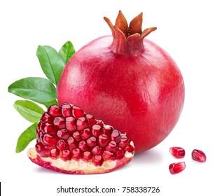 Frutas de granada madura con hojas de granada sobre fondo blanco.