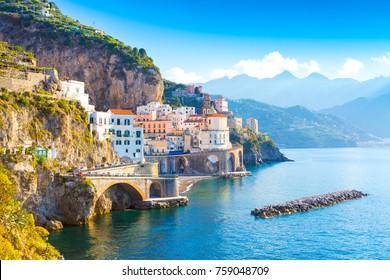 Morgenansicht des Amalfi-Stadtbildes an der Küstenlinie des Mittelmeers, Italien