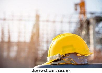 Casco en el sitio de construcción y el primer concepto de seguridad del trabajador del sitio de construcción