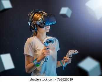 Visual Reality-Konzept. Junge asiatische Frau mit Visual Reality oder VR-Headset. Frau sammelt Erfahrungen mit VR-Headset-Brillen.