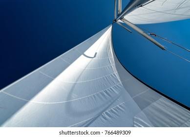 velas de un velero en el viento