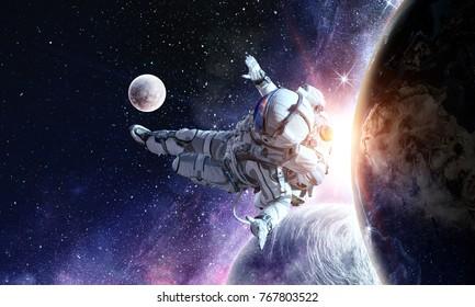 Astronaut spielen Fußballspiel