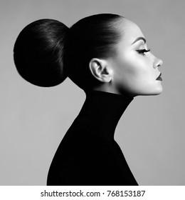 Retrato de estudio de arte de moda blanco y negro de hermosa mujer elegante en cuello alto negro. El cabello se recoge en luz de carretera. Estilo de ballet elegante