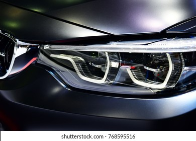 Detalle de primer plano en uno de los faros LED de coche moderno.