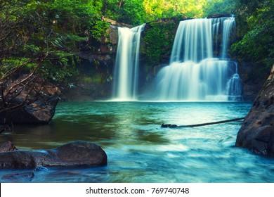 Wasserfall im tropischen Dschungel versteckt