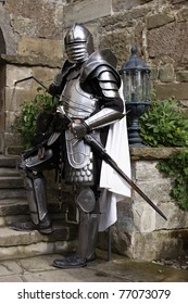 Armadura de caballero medieval en el festival del castillo Stettenfels