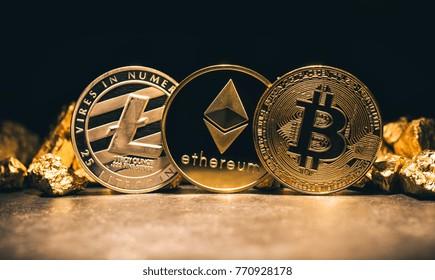 Gouden cryptocurrencys Bitcoin, Ethereum, Litecoin en heuvel van goud - Bedrijfsconcept