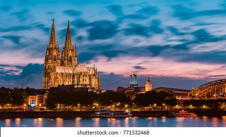cielo del atardecer con colores y nubes sobre el horizonte de la ciudad Colonia con puente y Köln Dom, escena nocturna sobre Colonia / ciudad de Koln con Kolner Dom / Catedral detrás del puente Hohenzollern
