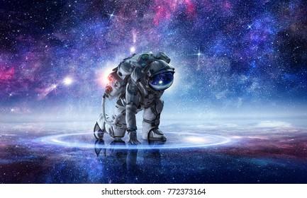 Astronaut beginnt zu rennen. Gemischte Medien