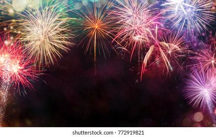 Abstrakter farbiger Feuerwerkshintergrund mit freiem Raum für Text. Feier- und Jubiläumskonzept