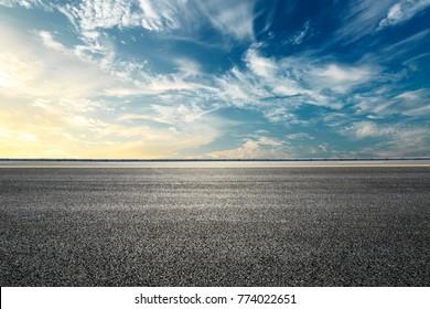 Leere Autobahnasphaltstraße und schöne Sonnenunterganglandschaft des Himmels