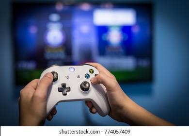 Debrecen, Hungría, 19 de noviembre de 2017 Vista desde la parte superior del gamepad de Xbox One, consola de juegos, niño sosteniendo en sus manos