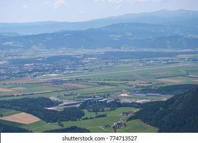 Blick über die Steirische Murtal und die umliegenden Berge. Formel 1 und MotoGP Rennstrecke Red Bull Rennstrecke in Spielberg von oben gesehen auf Tremmelberg.