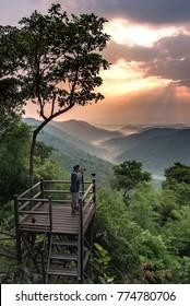プロの写真家は、タイのルーイにあるPhu Bor BidHillの山で大きなカメラと三脚を使って写真を撮ります。
