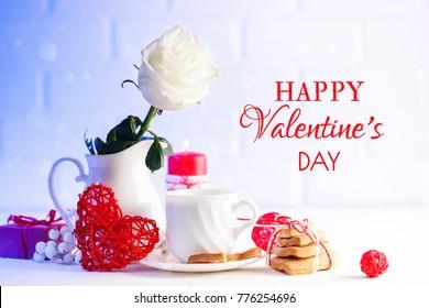 バレンタインの日カード。母の日。梨花の日。テーブルの上の白いバラのある静物。セレクティブフォーカス。