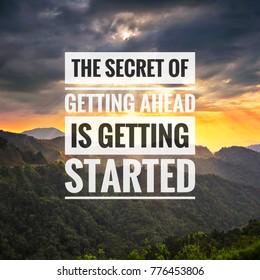 Inspirierende Erfolgszitate auf dem Hintergrund des Bergsonnenuntergangs. Das Geheimnis des Weiterkommens besteht darin, loszulegen