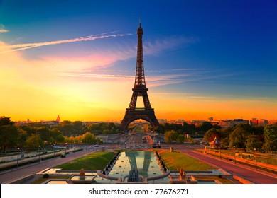 Amanecer en París, con la Torre Eiffel