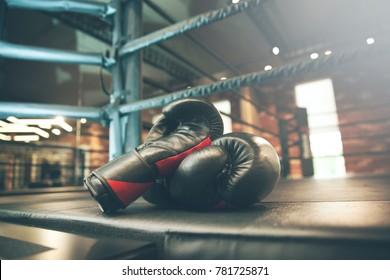 bokshandschoen op boksring in de sportschool