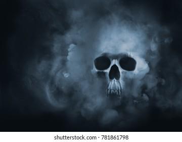 煙の雲から出てくる怖い頭蓋骨/高コントラスト画像