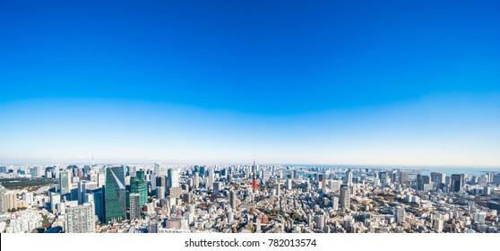 Concepto de negocio de Asia para bienes raíces y construcción corporativa - vista aérea panorámica del horizonte de la ciudad moderna a vista de pájaro de la torre de Tokio y el cielo azul vivo en Roppongi Hill, Tokio, Japón