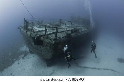 水中での難破船ダイビング