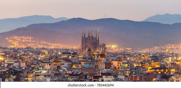 Luftpanoramaansicht der Skyline der Stadt Barcelona und der Sagrada familia zur Dämmerungszeit, Spanien