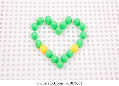 Grünes Herz, Mosaik, Kinderspielzeug. Valentinstag.