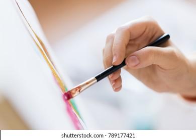 アート、創造性、人々のコンセプト-筆絵の絵を持つアーティストの手