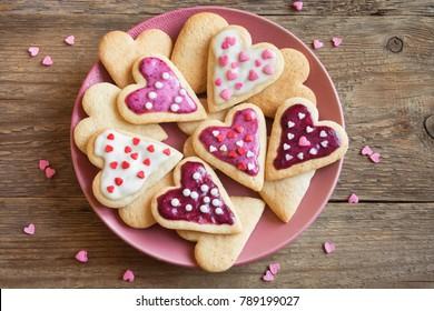 バレンタインデーのための艶をかけられたハート型のクッキー-バレンタインデー、愛の概念のために愛をこめて焼くおいしい自家製の天然有機ペストリー