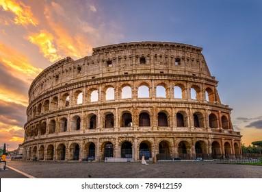 イタリア、ローマのコロッセオの日の出ビュー。ローマの建築とランドマーク。ローマコロッセオは、ローマとイタリアの主要なアトラクションの1つです。