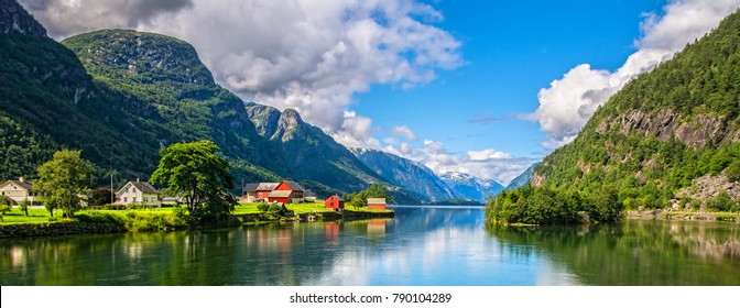 Increíble vista de la naturaleza con fiordos y montañas. Hermoso reflejo. Ubicación: Montañas Escandinavas, Noruega. Cuadro artístico. Mundo de la belleza. La sensación de total libertad