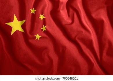 Die chinesische Flagge weht im Wind. Bunte Nationalflagge von China. Patriotismus, patriotisches Symbol.