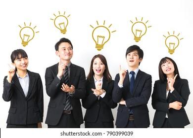 良いアイデアを考え出すアジアのビジネスパーソンのグループ。