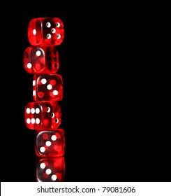 Rote Würfel auf schwarzem Hintergrund