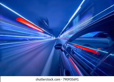 Blick von der Seite des Autos, das sich in einer Nachtstadt bewegt, verwischte Straße mit Lichtern mit Auto auf hoher Geschwindigkeit. Konzept schneller Rhythmus einer modernen Stadt.