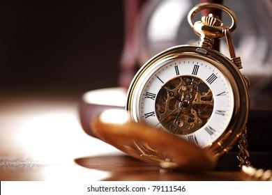 ヴィンテージ懐中時計と砂時計または砂時計、コピースペースのある時間のシンボル