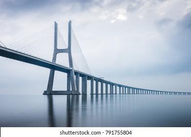 ポルトガル、リスボンの日の出のヴァスコダガマ橋
